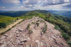 Trayectoria en las montañas de Bieszczady Foto de archivo