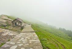 Trayectoria en montañas brumosas Fotografía de archivo