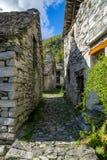 Trayectoria entre el pueblo viejo de dos edificios de piedra Foto de archivo