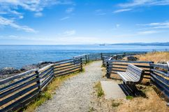 Trayectoria estrecha de la costa y cielo azul imagenes de archivo