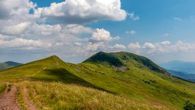 Trayectoria estrecha en un rastro de montaña en Bieszczady, día de Sunny July, Polonia foto de archivo libre de regalías