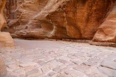1 trayectoria larga de los 2km (como-Siq) a la ciudad del Petra, Jordania Fotos de archivo libres de regalías