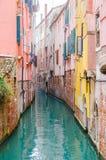 Trayectoria lateral del canal en Venecia Imagen de archivo