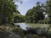 Trayectoria a lo largo de Canal du Midi en Francia imágenes de archivo libres de regalías