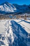 Trayectoria Nevado al refugio del invierno en las montañas Fotografía de archivo libre de regalías