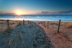 Trayectoria ninguna playa de Mar del Norte en la puesta del sol Foto de archivo