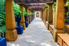 Trayectoria para el paseo, calzada, adornada con los pilares de la piedra de la arena Imagen de archivo libre de regalías
