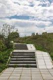 Trayectoria peatonal de tejas uphill fotos de archivo