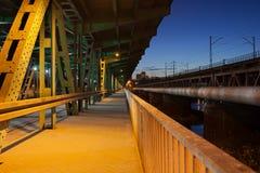 Trayectoria peatonal en un puente en la noche Foto de archivo