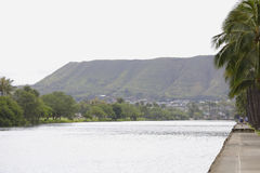 Trayectoria peatonal a lo largo del Ala Wai Canal Imágenes de archivo libres de regalías