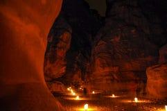 Trayectoria a Petra Treasury en la noche Imagen de archivo