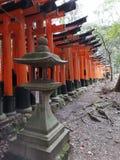 Trayectoria que camina 'Senbon Torii 'de Fushimi Inari Taisha imagenes de archivo