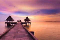Trayectoria que camina que lleva para abandonar el templo en el océano con el fondo dramático del cielo después de puesta del sol Fotografía de archivo libre de regalías