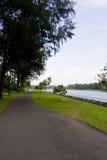 Trayectoria que camina y de ciclo por el río Foto de archivo libre de regalías