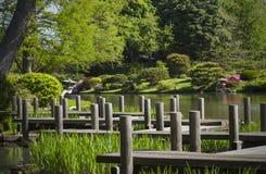 Trayectoria que camina y lago en el jardín japonés fotos de archivo