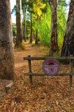 Trayectoria que entra el bosque y la muestra prohibida foto de archivo