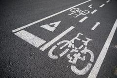 Trayectoria reservada de la bici en el asfalto en Barcelona España Imágenes de archivo libres de regalías
