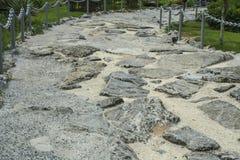 trayectoria Roca-hecha, pavimento hecho de piedras en el cemento Imagen de archivo libre de regalías