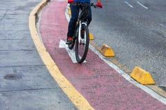 Trayectoria roja de la bici del ciclista Foto de archivo