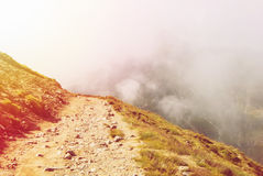 Trayectoria serpentina entonada que entra abajo en las montañas de Carpatian y Imagen de archivo libre de regalías