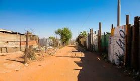 Trayectoria trasera del camino de tierra del aliado en la vecindad suburbana de Soweto fotografía de archivo