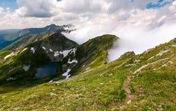 Trayectoria turística del pie a lo largo del canto de la montaña Fotografía de archivo libre de regalías