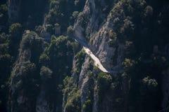 Trayectoria a un top de la montaña de Montserrat Foto de archivo libre de regalías
