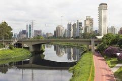 Trayectoria y rascacielos marginales de Pinheiros Ciclo en Sao Paulo, el Brasil Fotos de archivo libres de regalías