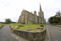 Trayectorias que llevan a la catedral de la ciudad Imagen de archivo libre de regalías