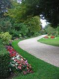 Trayectorias sinuosas que cruzan el jardín francés del parque del castillo de Versaille en Francia Imágenes de archivo libres de regalías