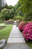 Trayectorias y flores en jardín japonés Imagenes de archivo