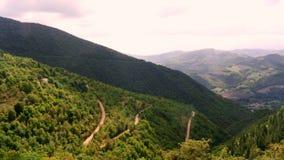 Trayectorias y panorama de la montaña imagenes de archivo