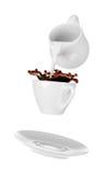 Trayez l'versement dans la petite tasse de café Fond blanc d'isolement Photo stock
