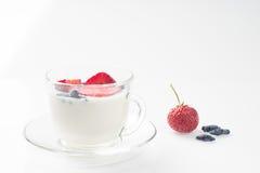 Trayez le dessert de fruit avec les fraises et le chèvrefeuille dans une tasse Image libre de droits
