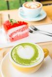 Trayez le thé vert et le café chauds et durcissez le gâteau de fraise Images stock