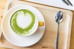Trayez le thé vert et le café chauds et durcissez le gâteau de fraise Photographie stock