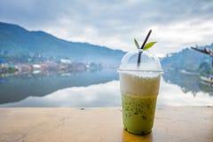 Trayez le thé vert sur la vue de rive de table au village thaïlandais de Rak Photo stock