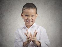 Trazado proyector astuto del muchacho del niño algo malo Imagen de archivo libre de regalías