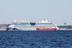 Trazador de líneas AIDA Bella de la travesía en el puerto del pasajero de St Petersburg Imagenes de archivo