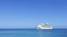 Trazador de líneas del barco de cruceros en horizonte
