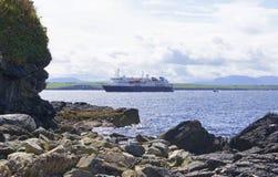 Trazador de líneas grande de la travesía que entra en Killybegs, Irlanda del oeste Imagenes de archivo