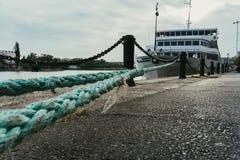 Trazador de líneas turístico blanco en el muelle atado con una cuerda Imagen de archivo