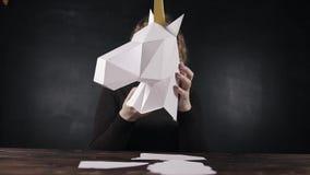 Trazador que corta de papel, unicornio del papel almacen de metraje de vídeo