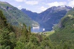 Trazadores de líneas de la travesía en el puerto marítimo de Geirangerfjord con los turistas en Geiranger, Noruega Fotografía de archivo libre de regalías