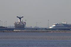 Trazadores de líneas grandes de la travesía en el puerto Imágenes de archivo libres de regalías
