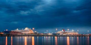Trazadores de líneas de lujo de la travesía en la opinión de la noche del puerto marítimo de St Petersburg Foto de archivo libre de regalías
