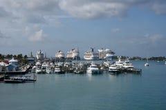 Trazadores de líneas y yates que cruzan en el puerto de Nassau imágenes de archivo libres de regalías
