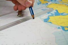 Trazar el arreglo en la carta de navegación Fotografía de archivo libre de regalías