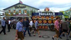 Trazer nos barris em Oktoberfest Fotos de Stock