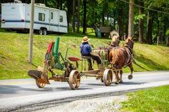 Trazione dell'aratro sulla strada con i cavalli Immagine Stock Libera da Diritti